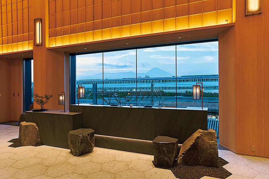フロントロビーと富士山